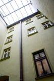 Binnen goed van een van beneden naar boven geschoten huis met meerdere verdiepingen royalty-vrije stock foto's