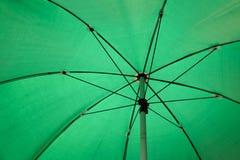 Binnen groene paraplu Royalty-vrije Stock Fotografie