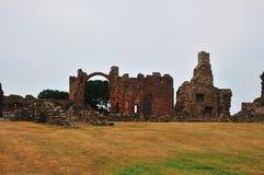 Binnen gronden van een geruïneerde Priorij. royalty-vrije stock foto