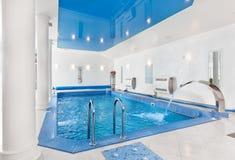 Binnen groot blauw zwembadbinnenland royalty-vrije stock afbeelding