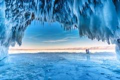 Binnen het blauwe ijshol met paarliefde bij Meer Baikal, Siberi?, Oostelijk Rusland royalty-vrije stock afbeelding