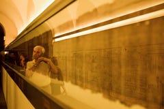 Binnen het Egyptische Museum, bekijken de mensen de hiërogliefen Stock Afbeeldingen