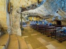 Binnen het heiligdom van het Heiligdom van San Michele Arcangelo, Monte Sant Angelo stock foto's