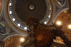 Binnen kathedraal van St. Peter in Vatikaan Royalty-vrije Stock Fotografie