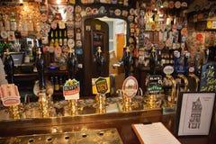 Binnen mening van een Engelse bar Stock Afbeeldingen