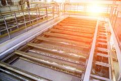 Binnen moderne afvalwaterzuiveringsinstallatie Oprichtingstank met afvalwater stock fotografie