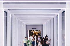 Binnen moderne verfraaide gang met licht die tussen twee gebouwen verbond royalty-vrije stock fotografie