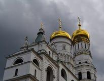 Binnen Moskou het Kremlin De klokketoren van Ivan Groot tegen de achtergrond van onweerswolken stock foto's