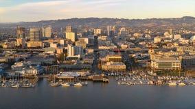 Binnen net het glijden van luchtperspectief over waterweg en haven van Oakland Californië bij Schemer stock videobeelden