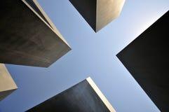 Binnen omhoog kijkend aan de blauwe hemel van - tussen stelae van de Holocaust Herdenkingsstelae met Reichstag, Berlijn royalty-vrije stock afbeeldingen