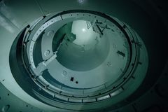 Binnen onvolledig reactorvat van verlaten kernenergieinstallatie Bodemmening van metaalkoepel royalty-vrije stock fotografie