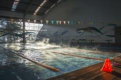 Binnen openbaar zwembad stock afbeeldingen