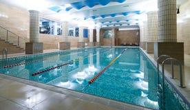 Binnen openbaar zwembadbinnenland in de club van de geschiktheidsgymnastiek stock fotografie