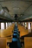 Binnen oude Thaise diesel trein met een paar passagiers die gaan zitten Stock Afbeelding