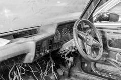 Binnen oude wrakauto zwart-wit royalty-vrije stock foto