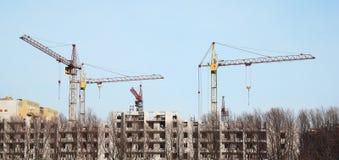Binnen plaats voor vele lange gebouwen in aanbouw en cran Royalty-vrije Stock Afbeeldingen