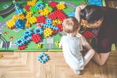 Binnen te spelen activiteitenpret, vader en zoon stock afbeelding