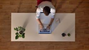 Binnen typt de bovenkant geschotene tijdtijdspanne die tijd in bureau overgaan vibes, mens op laptop en het besteden werkuren, sp stock footage