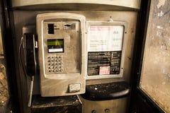 binnen van één openbare telefoondoos in het UK Rode telefooncel royalty-vrije stock afbeeldingen