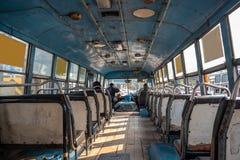 Binnen van Aziatische bus met lege zetels stock foto