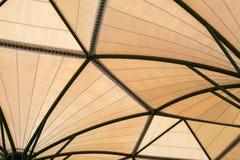 Binnen van de structuurstadion van het stoffendak met installatie in metaalstru Stock Foto