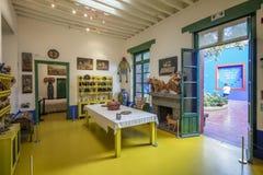 Binnen van de Tentoonstelling van Frida Kahlo Museums Collection - hier haar eetkamer Stock Afbeelding