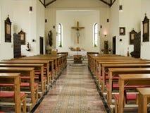 Binnen van een katholieke kerk stock afbeeldingen