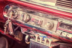 Binnen van een uitstekende klassieke Amerikaanse auto in Cuba stock foto