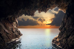 Binnen van grot in het toenemen stock fotografie