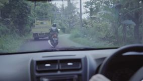 Binnen van het bewegen van auto in landelijke weg met fiets en vrachtwagen het berijden voor het stock video