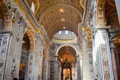 Binnen van St Peter ` s Basiliek in de Stad van Vatikaan, Italië, met St royalty-vrije stock afbeelding