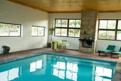Binnen verwarmd zwembad Royalty-vrije Stock Afbeelding