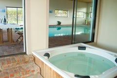 Binnen verwarmde zwembad en Jacuzzi Royalty-vrije Stock Foto's