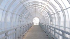 Binnen voetviaduct met een halfrond die plafond van plastiek wordt gemaakt stock footage