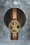 Binnen werkingen van een klok binnen een sleutelgat Stock Afbeelding