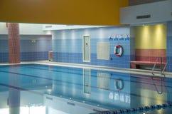 Binnen zwembad met blauwe muren stock foto