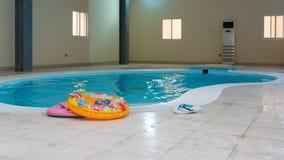 Binnen zwembad met centrale airconditioning Stock Foto's