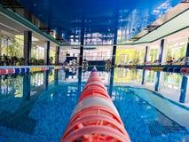 Binnen zwembad met panoramische vensters stock foto