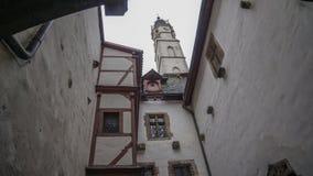 Binnenbinnenplaats van de witte middeleeuwse toren van de huizenkerk royalty-vrije stock fotografie