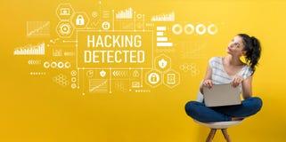 Binnendringen in een beveiligd computersysteem ontdekt met vrouw die laptop met behulp van stock fotografie