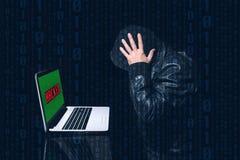 Binnendrongen in een beveiligd computersysteem anoniem zettend zijn handen op zijn hoofd met veel zorg stock afbeeldingen