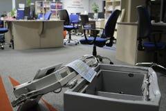 Binnendrongen in een beveiligd computersysteem brandkast in één van de bureaus van het commerciële centrum tijdens het onderzoek  stock fotografie
