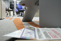 Binnendrongen in een beveiligd computersysteem brandkast in één van de bureaus van het commerciële centrum tijdens het onderzoek  royalty-vrije stock foto's