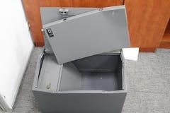 Binnendrongen in een beveiligd computersysteem brandkast in één van de bureaus van het commerciële centrum tijdens het onderzoek  stock foto's