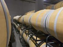 Binnenfoto van houten vaten in oude wijnmakerij Stock Foto's