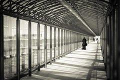 Binnenglastunnel voor voetgangers stock foto