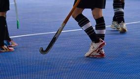 Binnenhockey Hockeystokken en actie van hockeyspeler royalty-vrije stock afbeelding