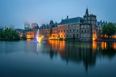 Binnenhof宫殿在一个有雾的晚上在海牙,荷兰 库存照片