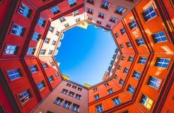 Binnenhof van huizen in achthoek Royalty-vrije Stock Foto