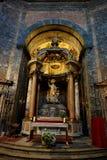 Binnenhuisarchitectuur van de oude basiliek van de negende eeuw stock afbeeldingen